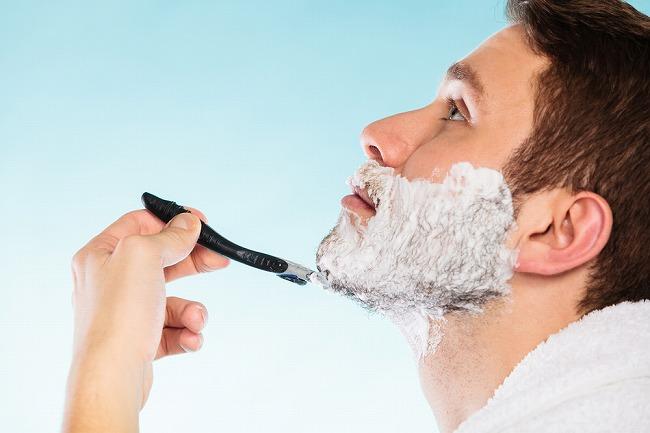 """ヒゲ剃りの刃が、""""ほくろ""""にひっかかるからヒゲ脱毛で解決したい!でも、ほくろがあっても永久脱毛はできるの?"""